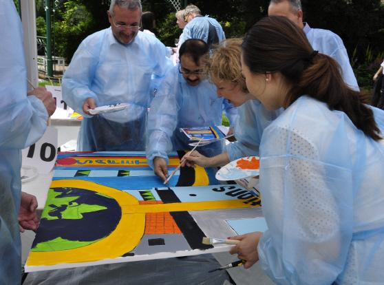 300 Personen beginnen gleich zu malen